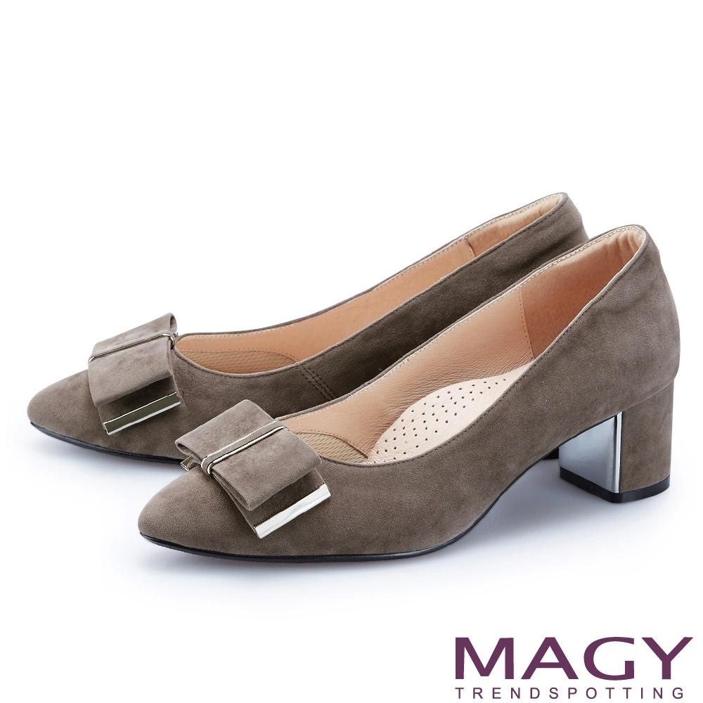MAGY 氣質金屬蝴蝶結絨布 女 中跟鞋 可可
