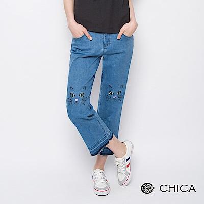 CHICA 俏皮學院貓咪刺繡抽鬚丹寧寬褲(1色)