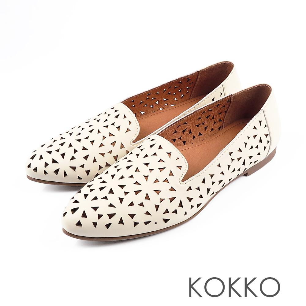 KOKKO - 浮雕花辦尖頭真皮平底休閒鞋- 極致米