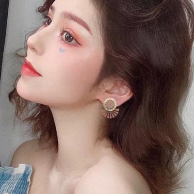 梨花HaNA 韓國925銀小冷淡風格扇型皮革圈鑽耳環