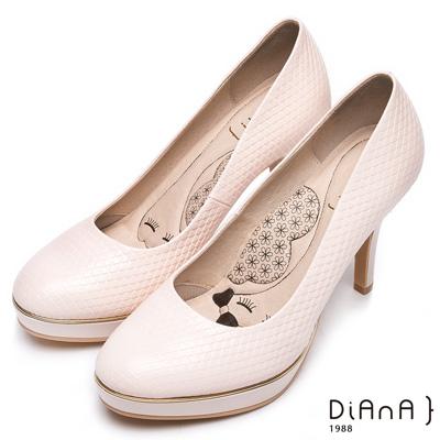 DIANA質感壓紋真皮跟鞋-漫步雲端厚切瞇眼美人-米白