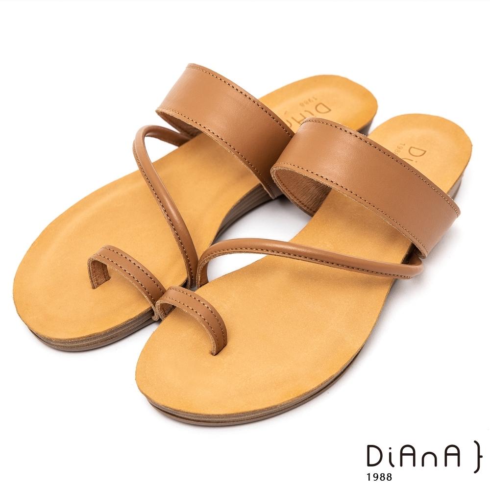 DIANA質感牛皮簡約繞帶圓頭夾腳平底涼拖鞋-簡約有型–棕