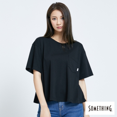SOMETHING 前貼袋後繡花 短袖T恤-女-黑色