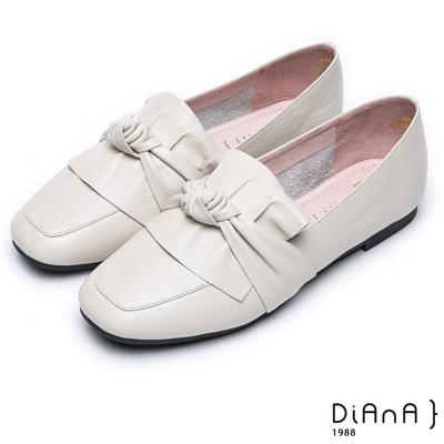 DIANA 簡約知性–抓皺球結真皮方頭休閒鞋-米白
