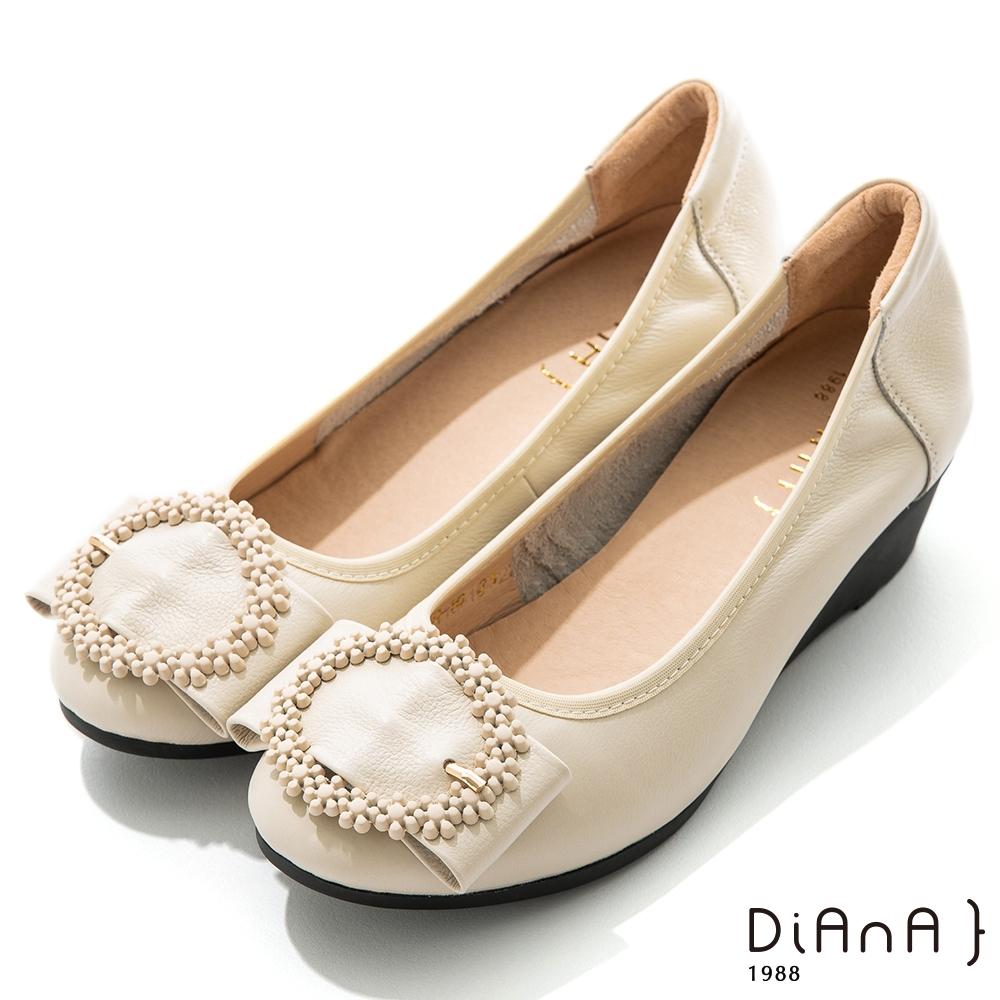 DIANA 4.5cm質感牛皮點點花圈飾釦圓頭坡跟娃娃鞋-俏皮甜美-米