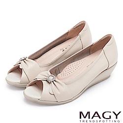 MAGY 甜心女孩 蝴蝶結鑽飾牛皮魚口楔型跟鞋-米色