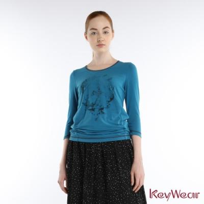 KeyWear奇威名品    古典復刻飛鳥圖騰翻領七分袖上衣-孔雀藍色