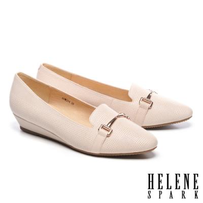 低跟鞋 HELENE SPARK 經典質感馬銜釦全真皮楔型低跟鞋-米