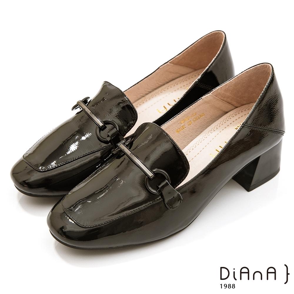 DIANA 4.5公分繽紛糖果牛皮漆皮馬銜釦方頭便士樂福跟鞋-漫步雲端焦糖美人款-黑糖