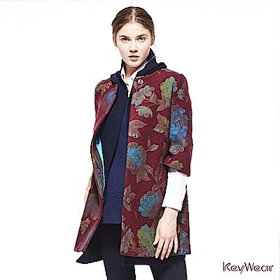 KeyWear奇威名品    復古典雅印花大衣-暗紅色