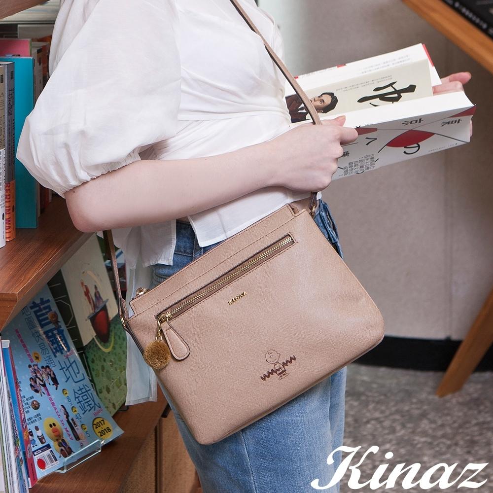 KINAZ 查理布朗聯名款 輕巧雙層扁型毛球斜背包-溫柔霧灰棕-心動系列