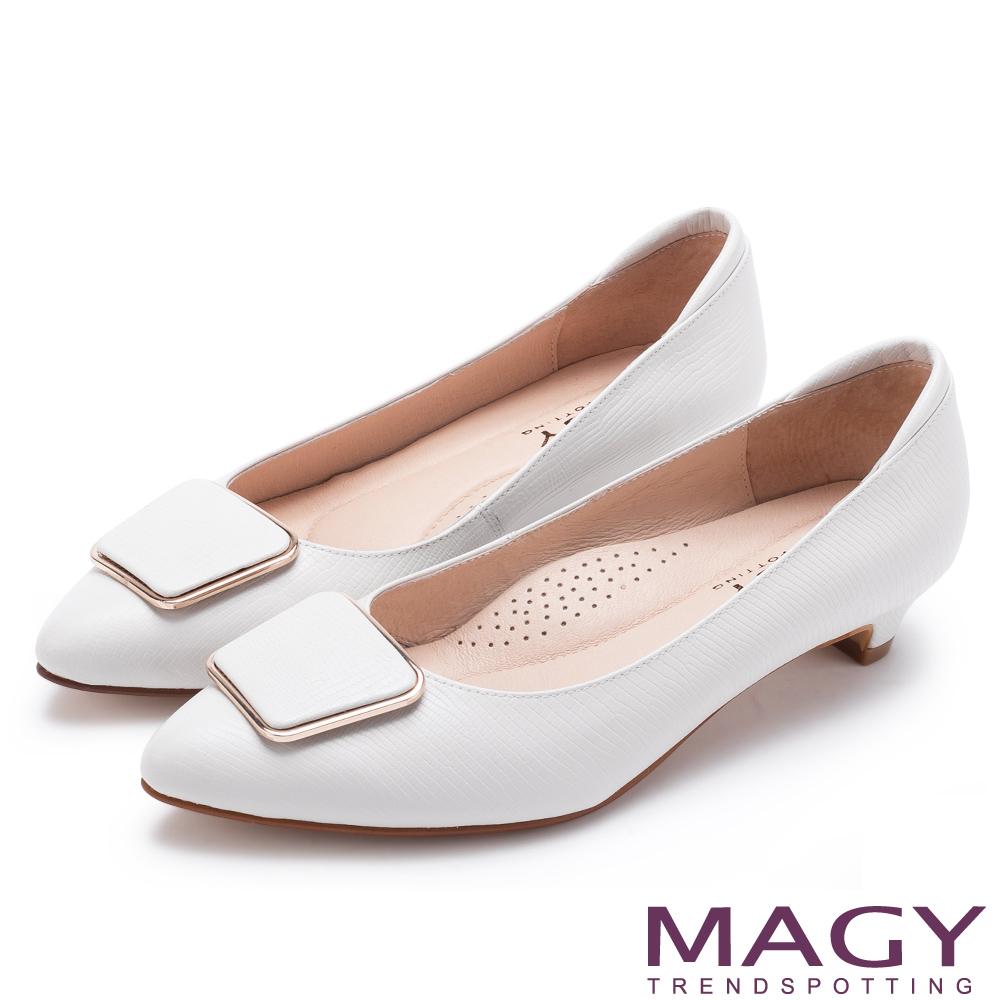 MAGY 氣質通勤款 金屬方釦蜥蜴牛皮尖頭低跟鞋-白色