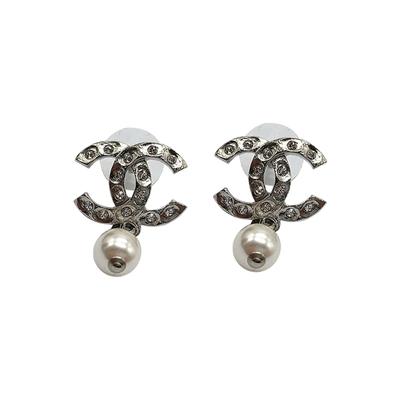 CHANEL 經典雙C logo鑲水鑽珍珠垂墜穿式耳環(銀)