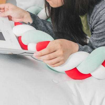 樂嫚妮 麻花辮抱枕 靠枕 趴枕 腰枕-紅白綠