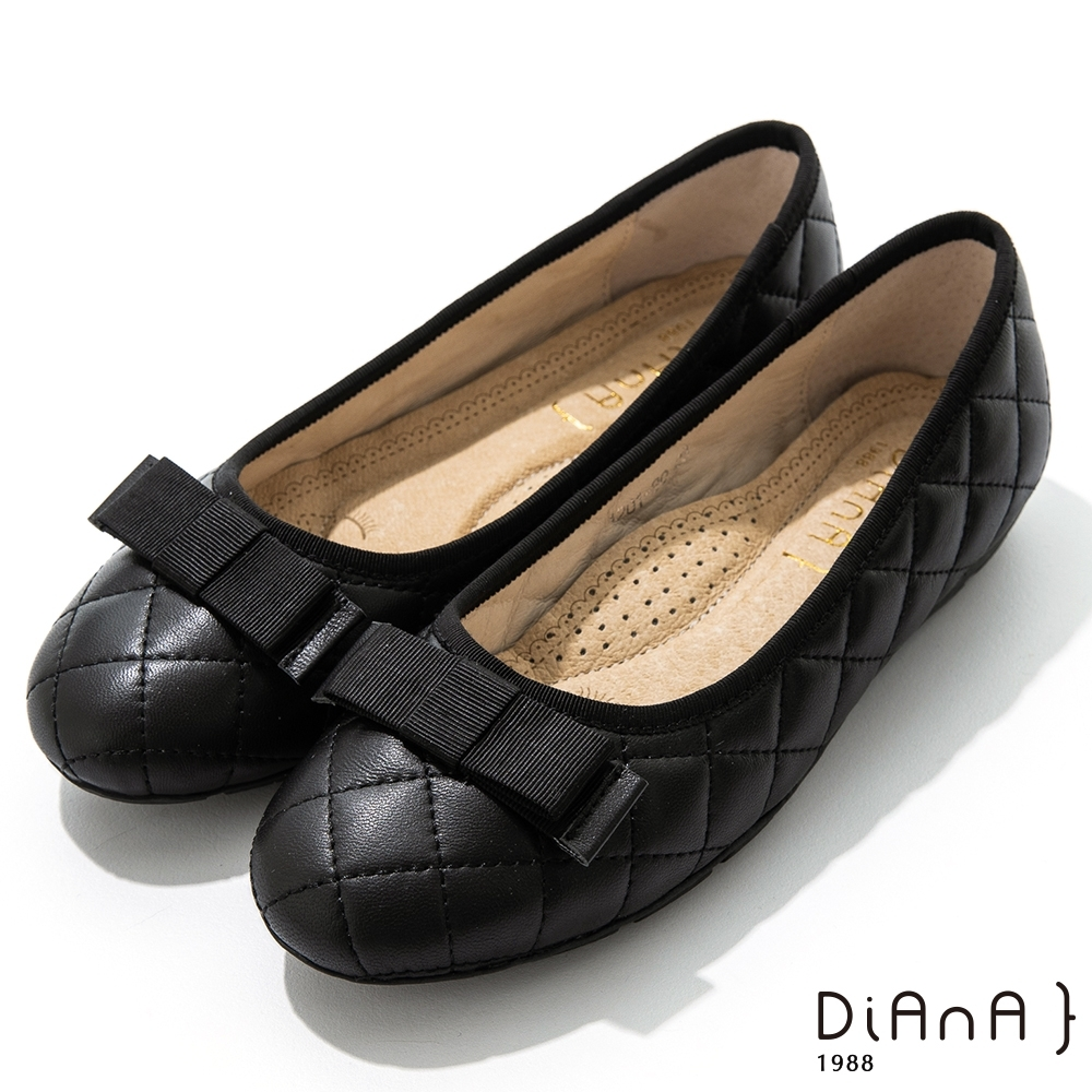 DIANA 2cm質感牛皮經典菱格紋平蝴蝶結飾釦圓頭娃娃鞋-黑