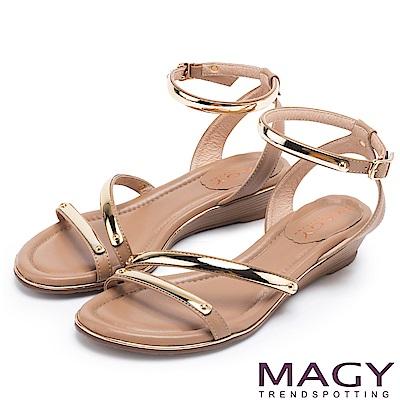 MAGY 時尚穿搭必備款 超纖皮革金屬繫踝繞帶楔型涼鞋-棕色