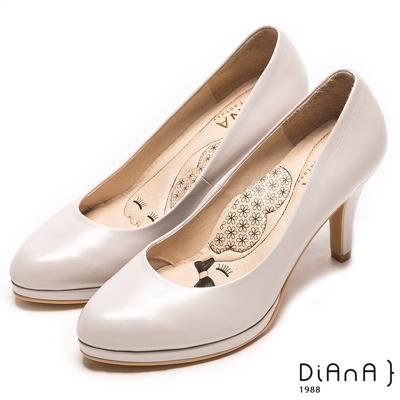 DIANA 漫步雲端瞇眼美人款--簡約素雅質感尖頭真皮跟鞋-米珠光