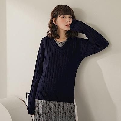 純色V領柔軟直坑條保暖包芯紗長袖針織上衣-OB大尺碼