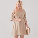 AIR SPACE LADY 中大尺碼 袖口打褶排釦V領棉質洋裝(杏)