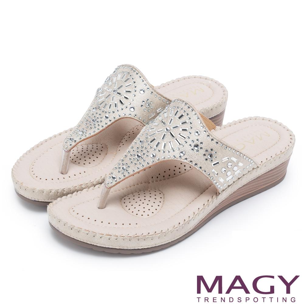 MAGY 迷人耀眼時尚風 幾何鑽飾絨布夾腳拖鞋-米色