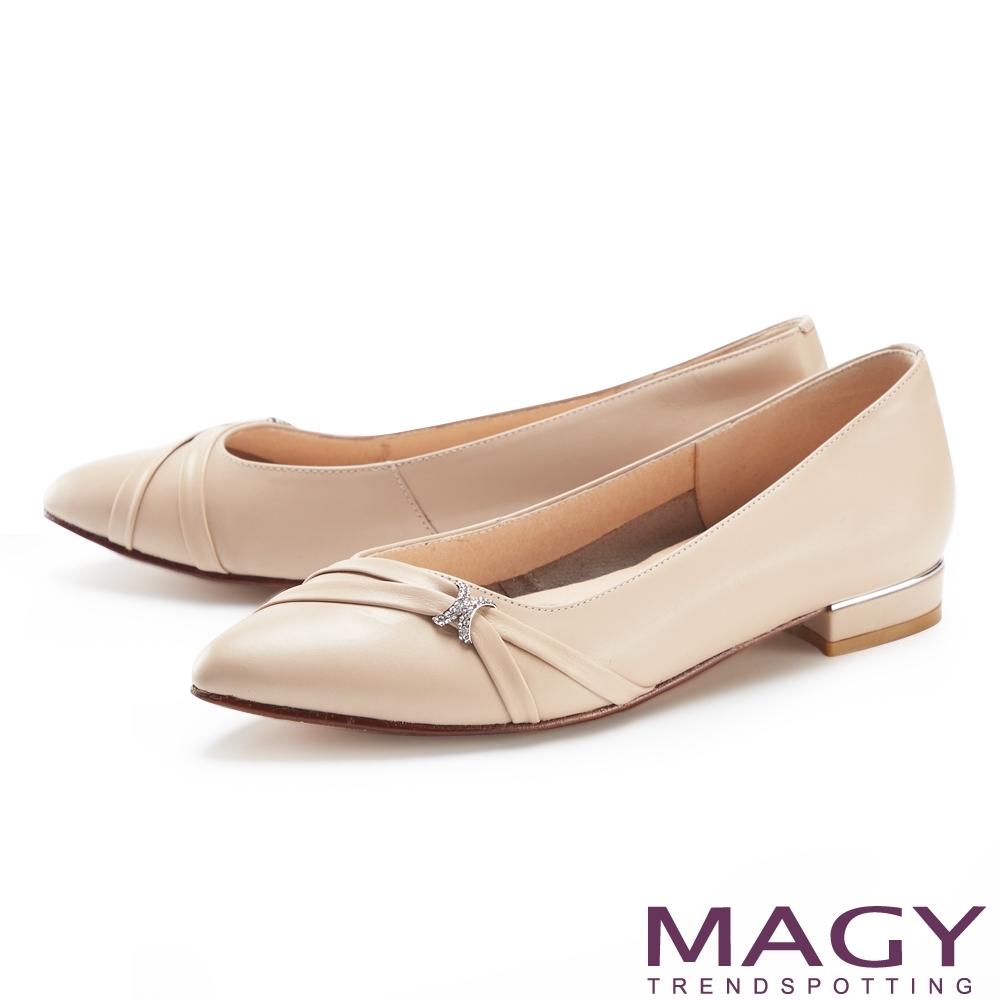 MAGY 水鑽裝飾真皮金屬尖頭 女 低跟鞋 杏色