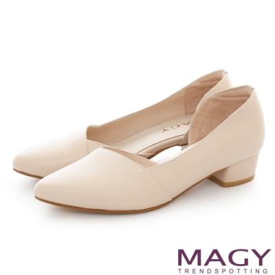 MAGY 典雅尖頭側空牛皮 女 粗低跟鞋 裸色