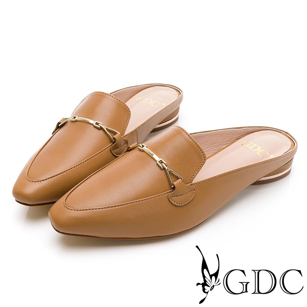 GDC-韓系真皮百搭休閒優雅金扣飾尖頭穆勒拖鞋-卡其色