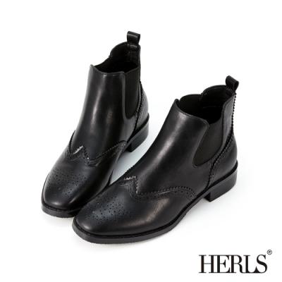 HERLS短靴-翼紋雕花側鬆緊切爾西皮革粗跟短靴-黑色