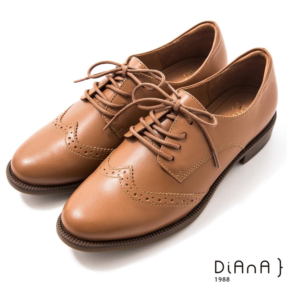 DIANA 3cm 擦色牛皮雕花率性圓尖頭綁帶牛津鞋–漫步雲端焦糖美人-麥芽棕