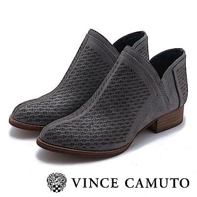 VINCE CAMUTO 側V字切口簍空麂皮短靴-鐵色