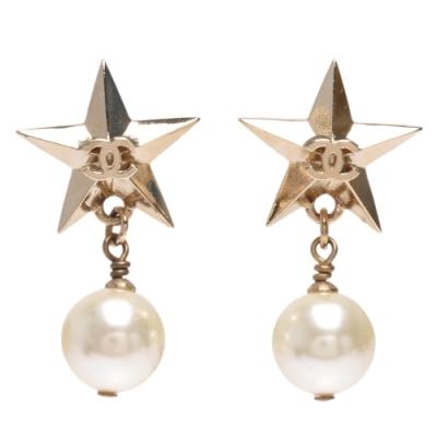 CHANEL 經典雙C LOGO立體五角星珍珠吊飾造型穿式耳環(金)