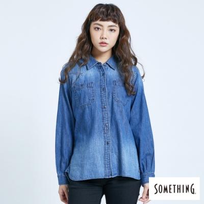 SOMETHING 基本休閒 長袖牛仔襯衫-女-拔洗藍