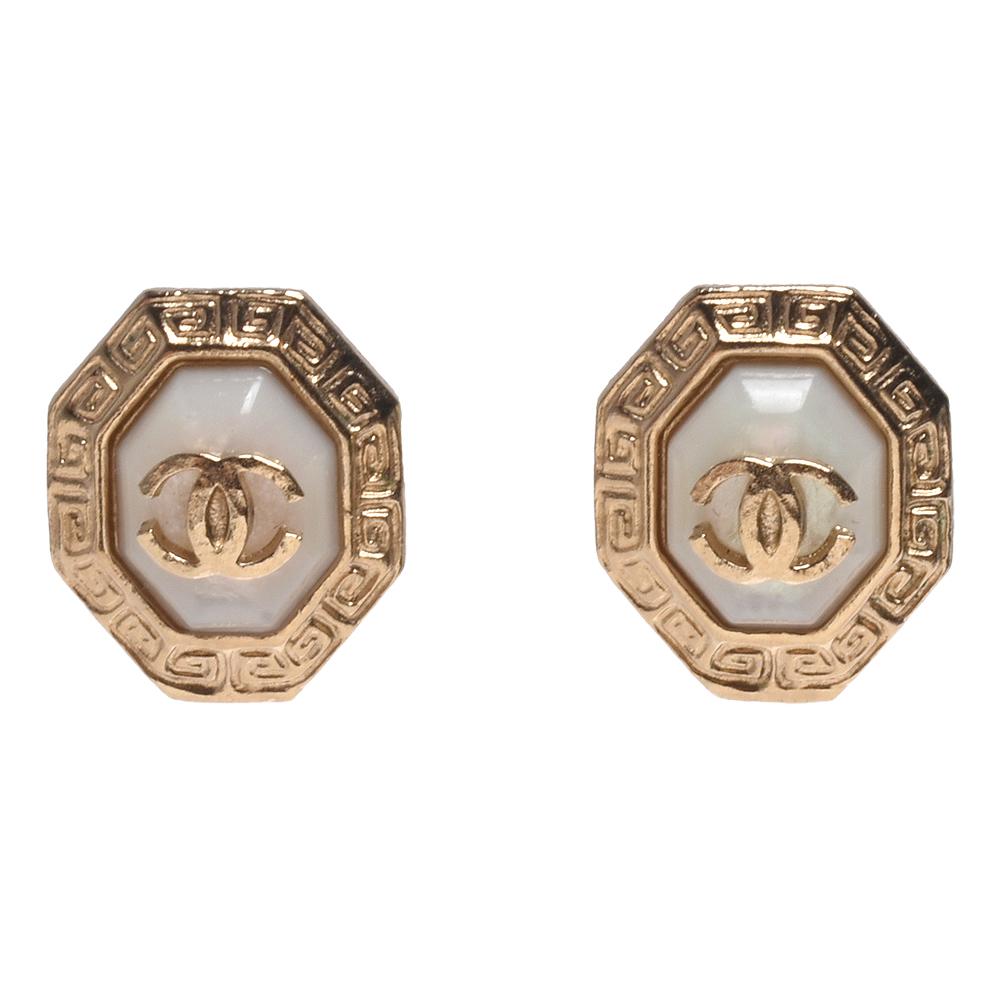 CHANEL 經典CC LOGO刻紋飾邊穿式耳環(金)