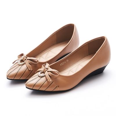 A one  尖頭鑽飾蝴蝶結車線造型小坡跟鞋-杏色