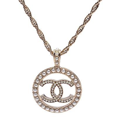 CHANEL 經典CC LOGO鏤空墜飾圓形滾邊珍珠鑲嵌造型項鍊(小-金)