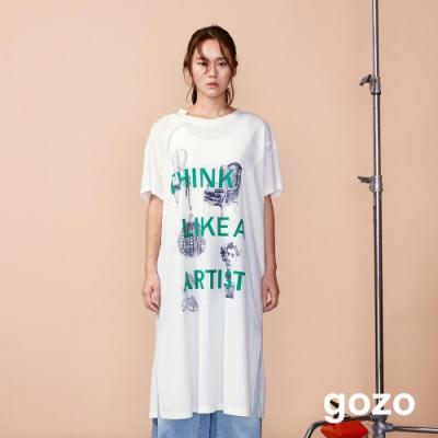 gozo 藝術字母印花側開衩休閒洋裝(白色)