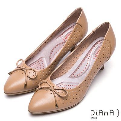 DIANA 漫步雲端輕盈美人—蝴蝶結鞋面尖頭洞洞舒適真皮跟鞋-卡其