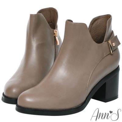 Ann'S摩登計畫-造型金扣帶側挖空V型超顯瘦粗跟短靴-灰
