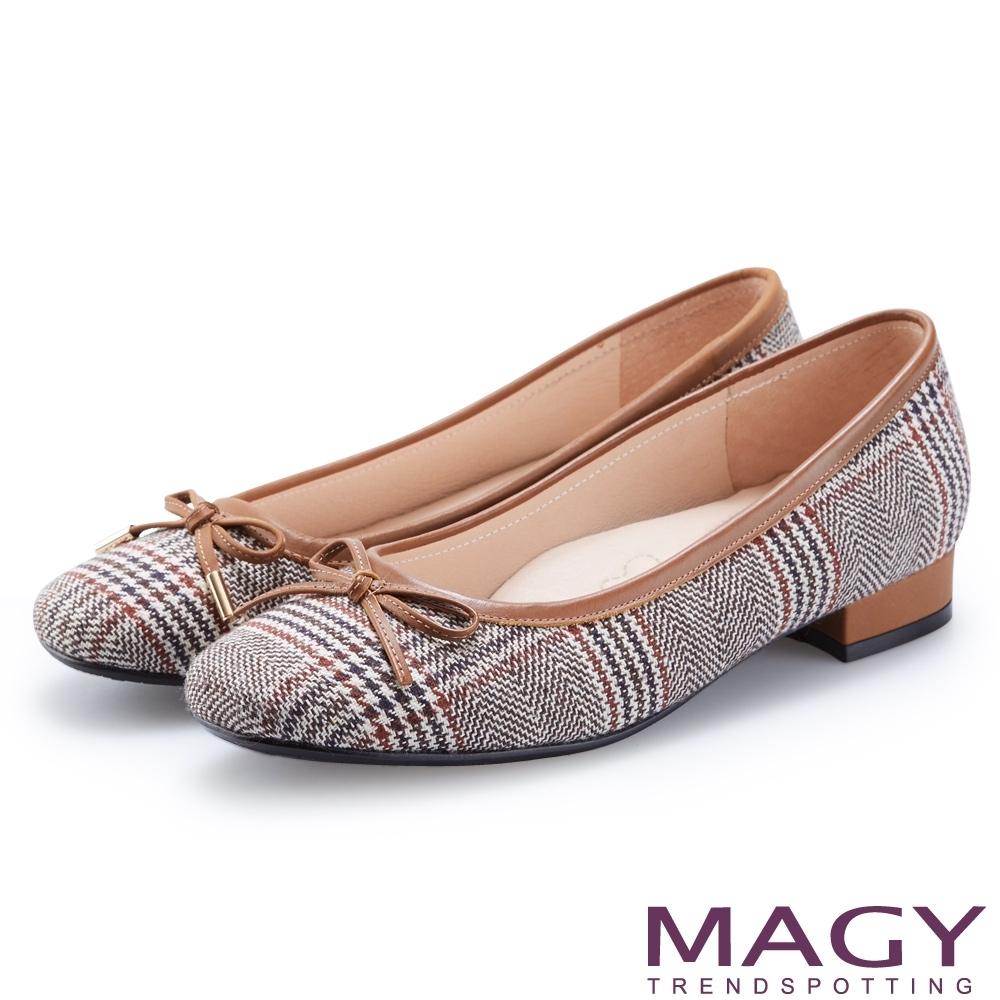 MAGY 復古潮流 布面格紋拼接牛皮低跟鞋-棕色