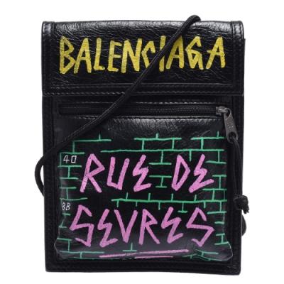 BALENCIAGA 經典EXPLORER STRAP品牌字母塗鴉小羊皮斜背包(黑)
