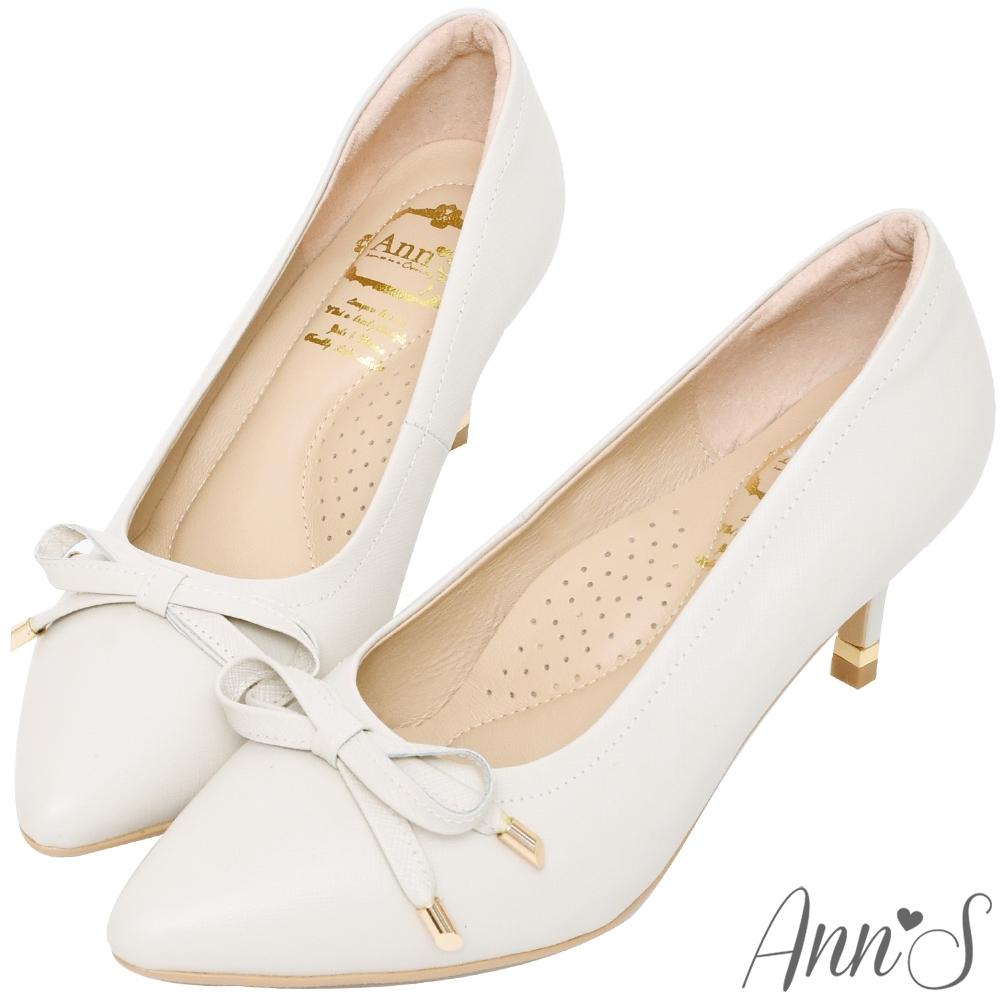 Ann'S自帶氣質光環-小羊皮質感壓紋蝴蝶結尖頭跟鞋-米白