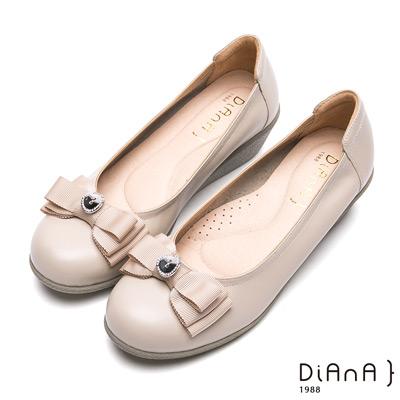 DIANA 窈窕淑女--金屬鈕釦蝴蝶結飾真皮楔型娃娃鞋-卡其