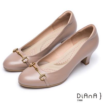 DIANA 輕熟時尚—馬銜飾釦真皮跟鞋-可可