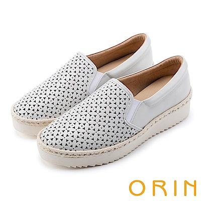 ORIN 引出度假氣氛 牛皮打洞花紋簍空平底便鞋-白色