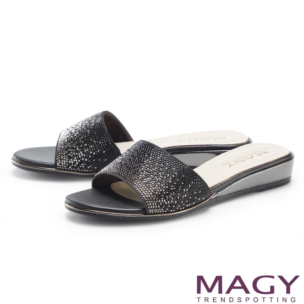 MAGY 優雅燙鑽楔型低跟 女 拖鞋 黑色