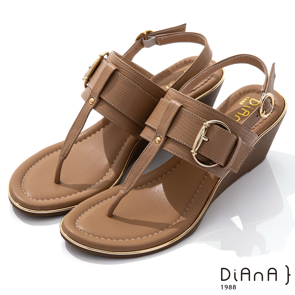 DIANA 5.5cm 壓紋牛皮鉚釘釦飾T字楔型夾腳涼鞋-異國風情-棕