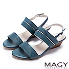 MAGY 時尚穿搭必備款 金屬飾條真皮楔型涼鞋-藍色