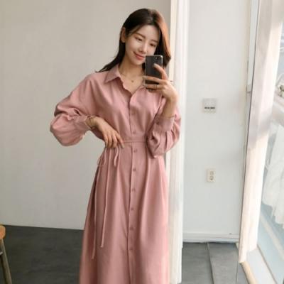MOCO韓版簡約過膝長款腰綁繫帶排釦質感襯衫式粉色連身洋裝M~XL