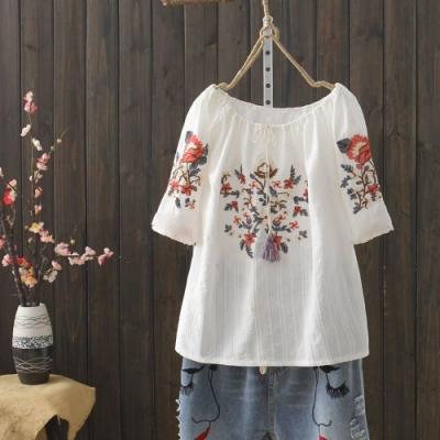 La Belleza一字領可露肩花朵枝葉刺繡流蘇繫帶棉麻上衣