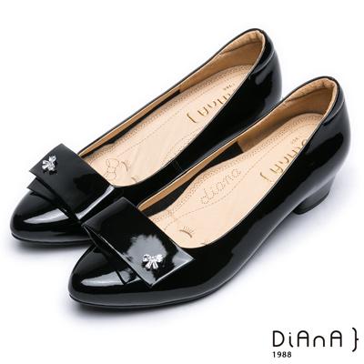 DIANA個性有型—對折飾釦漆皮尖頭水鑽低跟鞋–黑